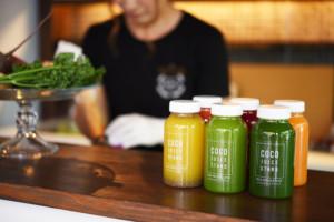 新鮮な野菜と果物でコールドプレスジュース